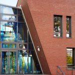 Das lichtdurchflutete Atrium dient als gläserne Fuge und verbindet Alt und Neu.