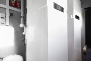 """Die Beheizung des Wohnhauses in Dießen erfolgt über eine Zeolith-Gaswärmepumpe Vitosorp 200-F von Viessmann, die Anlage wurde zunächst in der Feldstudie """"Initiative Gaswärmepumpe"""" des Energieversorgers Energie Südbayern (ESB) getestet."""