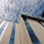 33 Sonnen-schutzglas ziehen sich über die unteren sechs Etagen – darüber drei vollverglaste Stockwerke in exponierter Lage.
