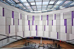 Die farbigen, in unterschiedlichen Radien gebogenen Elemente der Reliefstrukturen an den Wandflächen der Mall-Augen bestehen aus vorgefertigten Gipsplatten.