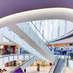 Drei großzügige Plätze sind die zentralen Anlauf- und Treffpunkte für die Kunden im Skyline Plaza. Ein Farbkonzept erleichtert den Besuchern die Orientierung.
