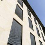 Der Sonnenschutz wurde zwischen neuer Fassade und Mauerwerk angebracht.