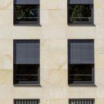 Ist der Sonnenschutz hochgefahren, verschwindet dieser vollkommen in der Fassade, so dass die äußere Erscheinung des Gebäudes nicht beeinträchtigt wird.
