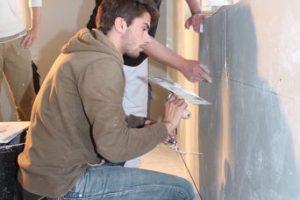 Bei einem Workshop Ende Mai gab Knauf Anwendungstechniker Carlo Happ (re.) den Studenten wichtige Tipps zum Spachteln von Fugen und Oberflächen.