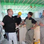 Bei einem Workshop Ende Mai gab Knauf Anwendungstechniker Carlo Happ (li.) den Studenten wichtige Tipps zum Spachteln von Fugen und Oberflächen.