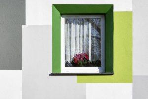 Die abgestimmte Farbfassung um die Fenster integriert die vertieften Fensterleibungen, die durch die Wärmedämmung entstanden sind, in das Gesamtbild der Fassade.