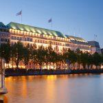 Wer hier residiert, legt auf Tradition, Charme und Luxus Wert: das Grandhotel Fairmont Hotel Vier Jahreszeiten an der Hamburger Binnenalster.