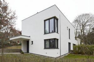Berliner Architektenhaus mit komplett verdeckt liegendem Bandsystem TECTUS von SIMONSWERK ausgestattet