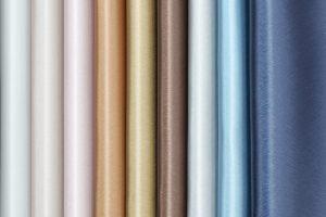 Die hochpräzise Laserprägung ermöglicht bei skai® Tokio EN eine filigrane und konturierte Schliffprägung in nie gekannter Schärfe. Sie bildet die Basis des faszinierenden Looks der vielfach ausgezeichneten Oberfläche. Der Stuhl im Vordergrund ist in der F