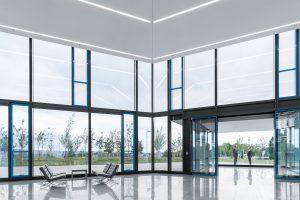 Die Transparenz der Glasfassade sorgt für Offenheit und ermöglicht die Kommunikation zwischen Innenraum und Außenwelt.