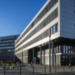 Mehr Platz für Studenten: Das neue Gebäude Q der Uni Paderborn kombiniert Funktionalität und Ästhetik, genau wie die ConStela LED und die 8841 Pollerleuchten aus dem Hause TRILUX.