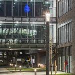 Sicherheit und Energieeffizienz – Die TRILUX ConStela LED und 8841 Pollerleuchten sind in den Gebäudeblitzschutz integriert und verbrauchen 40 Prozent weniger Energie als konventionelle Leuchten.