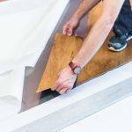 Mit dem Klebstoff auf Spezial-Folienträger Sigan Elements lassen sich anspruchsvolle Verlegemuster  wie diagonale Planken problemlos ausführen. Der Boden ist zu jeder Zeit begehbar.