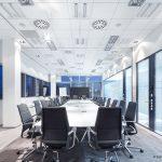 Der Konferenzraum ist auf Helligkeit, gesundes Klima und Sprachverständlichkeit ausgelegt. (Decken-Lösung: Ultima+ OP mit MicroLook-90-Kante auf einer Silhouette Designer-Unterkonstruktion von Armstrong)