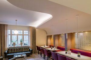 Der Frühstücksraum wurde mit einem Himmel und Sitznischen in Trockenbau neu gestaltet und um einen Loungebereich erweitert.