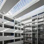 Das Velux Modulare Oberlicht-System ermöglicht die großflächige Belichtung von öffentlichen und gewerblichen Gebäuden. Das Konzept verbindet die Vorzüge vorgefertigter Module mit Energieeffizienz und elegantem Design.