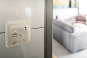 Komfort, Design und Effizienz vereint: Mit dem selbsterklärenden AEG Bedienregler FTE 900 SN kann jeder Gast die Fußbodentemperatur individuell ein-regulieren.