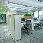 Adaptive Screens verbessern die Akustik, sorgen für ungestörtes Arbeiten und nehmen zudem mehrere Monitore auf. Als Stauraumlösung kommt Vados zum Einsatz