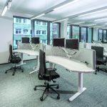 Im Call Center sorgen organische Tischflächen mit angepassten Adaptive Screens für zwei Monitore für eine optimale Arbeitsumgebung.