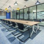 Die Konferenzräume wurden je nach Einsatzbereich mit mobilen oder statischen Tischsystemen der Planes-Serie eingerichtet.