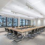 Die rollbaren Tische können schnell  und einfach für die unterschiedlichsten Kommunikations- und Workshop-Bedürfnisse konfiguriert werden. Klappbare Tischplatten sorgen für ein platzsparendes Lagern nicht benötigter Tische.