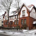 Die Bauherrin nutzte den Dachgeschossausbau für die fällige Rundumsanierung des Gebäudes, das nun wieder in einem schönen Klinkerrot erstrahlt.