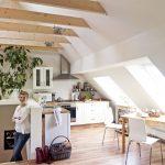 Durch den Ausbau entstand auf nur 70m² eine Wohnung inklusive Küche, Bad und Arbeitsplatz, die dank der großflächigen Dachfenster optisch deutlich größer wirkt.