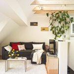 Auf kleinem Raum ist eine gemütliche Wohlfühlecke entstanden, in der die Bewohnerin wunderbar entspannen kann.