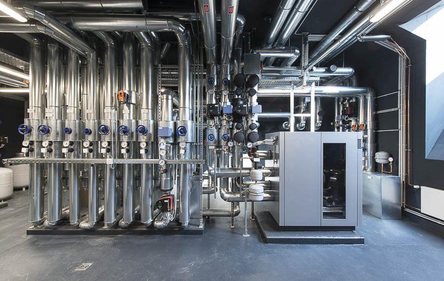 Wasser-Wärmepumpe entziehen dem Wasser im Eisspeicher die Wärme bis zur kontrollierten Vereisung bei null Grad Celsius.