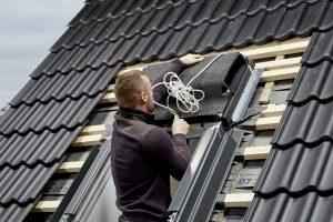 Die Installation von Velux Smart Ventilation ist einfach: Der Fensterlüfter wird anstelle des Standard-Markisenkastens über das Dachfenster gesetzt.