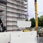 Die Größe und das Gewicht der Betonfertigteilplatten erschwerten das Ausjustieren vor der Anbringung..
