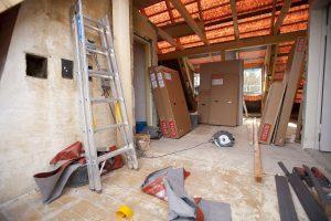 Aufgrund eines Hausbockkäfer-Befalls musste der komplette Dachstuhl ausgetauscht werden, was die erste Umbauphase erschwerte.