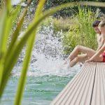 Der perfekte Begleiter für die Outdoor-Saison: Mit RELAZZO puro hat REHAU eine klassische Terrassendiele im Programm, die alle Vorteile von polymeren Werkstoffen bietet, ohne dass auf die natürliche Wärme, den Look und die Haptik von Holz verzichtet werde