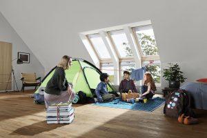 Spielen mit freiem Blick in den Himmel: Für Kinder bietet ein heller Dachwohnraum ein ideales Umfeld. Mit Fenstern vom Boden bis fast and die Decke genießen auch die Kleinsten jederzeit einen Ausblick bis zum Horizont.
