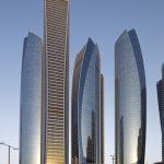 Die Etihad Türme in Abu Dhabi - ein Ensemble bestehend aus fünf Türmen, von denen drei aus einem mehrgeschossigen Sockel erwachsen.