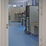 T90-Aluminium-Brandschutztür von HUECK– trotz höchster Sicherheitsleistung optisch elegant und transparent