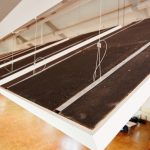 Die Aufhängung der Knauf Deckensegel Cleaneo Up erfolgt über vier Drahtseile, die in Deckenhülsen sowie Befestigungshülsen an den Platten eingeführt und über einen Drahtseilhalter mit Justierknopf in der Horizontalen ausgerichtet werden.