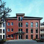 Dreieinhalbgeschossiger Wohnkomplex für Senioren in Kempen: Zwei weiß verputzte Zwischengebäude separieren die drei mit Klinkern verblendeten Hauptbaukörper.