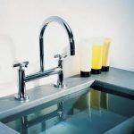 Waschtisch-Brückenarmatur in Chrom mit Kreuzgriffen. Die TARA erhalten Sie in den Oberflächen Chrom, Platin, Platin matt und Messing.