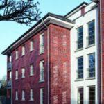 Das Gebäude wurde gemäß den Vorgaben der EnEV 2009 gebaut. Hoch wärmeisolierte Fenster mit Dreifach-Isolierverglasungen leisten in Kombination mit Lüftungsmodulen einen wichtigen Beitrag zur Energieeffizienz.