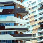 Die Gebäudehüllen bestehen aus unterschiedlich dimensionierten Paneelen, kombiniert mit Naturholzflächen.