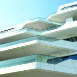 Die spitz zulaufenden Balkone prägen die fließende Silhouette der Fassade.