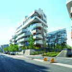 Die Wohnanlage umfasst insgesamt sieben Baukörper unterschiedlicher Höhen und arrangiert sich zu einer offenen Blockbebauung, die durch Grünflächen und Plätze aufgelockert wird. Verbindendes Element der unterschiedlichen Gebäude ist die elegante, horizont
