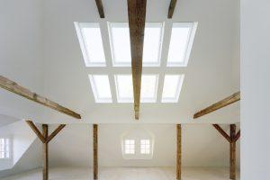 Im Dachraum einer Münchener Stadtvilla ist ein großzügiges Loft mit Ateliercharakter entstanden. Wesentlicher Teil des Belichtungskonzepts sind insgesamt acht Dachfenster von VELUX.