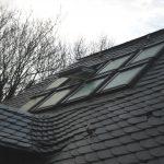 Im Zuge der Umbaumaßnahmen wurde eine komplette Neueindeckung des alten Schieferdaches sowie die Anpassung der Dachkonstruktion an die Anforderungen des modernen Wärmeschutzes realisiert. Ein spezieller VELUX Eindeckrahmen für Schieferdeckung erleichterte