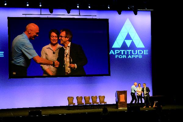 Bill Epling, Anne Monroe und Harald Mair (von links nach rechts) bei der Übergabe in Las Vegas.