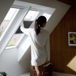 Mit einem Wabenplissee am Dachfenster lässt sich das Schlafzimmer komplett verdunkeln und so eine optimale Schlafumgebung schaffen.
