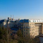 Das AGAPLESION BETHESDA KRANKENHAUS in Wuppertal stockte einen bestehenden Gebäudetrakt um ein Dachgeschoss mit Mansarddach auf. Für viel Helligkeit im innenliegenden Flur sorgt das Modulare Oberlicht-System von Velux.