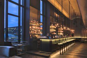 Das Amano Grand Central bietet 250 Zimmer und Suiten auf sechs Stockwerken, ein Bistro, Fitnessstudio Konferenzräume und eine Skybar mit 250 m2 begrünter Dachterrasse und einem spektakulären Blick über Berlin.
