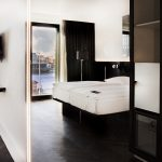 Das Schwarz-Weiß-Thema zieht sich konsequent durch alle 250 Zimmer. Sie zeichnen sich durch ein modern-puristisches Design und hochwertige Materialien aus, vom Bettkopfteil aus massiver schwarzer Eiche bis zum durchgängig dunklen Fußboden.